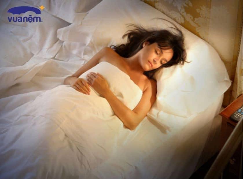 Ngủ mở đèn có thể khiến phụ nữ tăng cân?